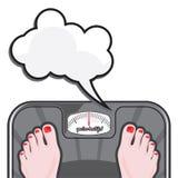 Kvinna som mäter hennes vikt på en jämvikt Arkivfoto