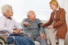 Kvinna som mäter på blodtryck Fotografering för Bildbyråer