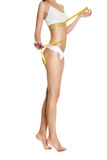 Kvinna som mäter perfekt form av den sunda härliga tonade midjan Royaltyfri Fotografi