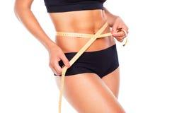 Kvinna som mäter perfekt form av det härliga låret, sund mest lifest Royaltyfri Bild