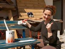 Kvinna som målar 1 fotografering för bildbyråer