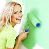 Kvinna som målar väggen royaltyfri foto