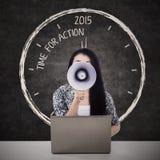 Kvinna som meddelar tid för handling Arkivfoton