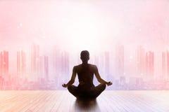 Kvinna som mediterar färgrik pastell på stadssolnedgångbaksida arkivfoton