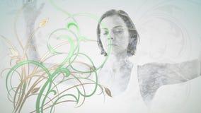 Kvinna som mediterar med blommor arkivfilmer