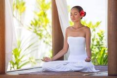 Kvinna som mediterar med stängda ögon Royaltyfri Foto