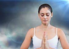 Kvinna som mediterar mot molnet och signalljus Royaltyfri Fotografi