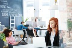 Kvinna som mediterar på arbetsplatsen arkivbild