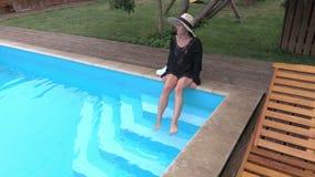 Kvinna som mejar ben i simbassäng arkivfilmer
