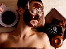 Kvinna som mottar den kosmetiska maskeringen i brunnsortsalong Royaltyfri Bild