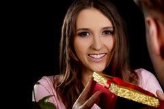 Kvinna som mottar en gåva Royaltyfria Bilder