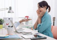 Kvinna som mottar en gåva från en website Royaltyfria Foton
