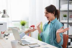 Kvinna som mottar en gåva från en website Arkivfoton