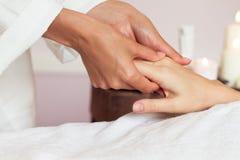 Kvinna som mottar en handmassage på den vård- brunnsorten Arkivbild