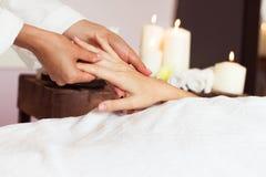 Kvinna som mottar en handmassage på den vård- brunnsorten Royaltyfri Foto
