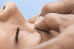 Kvinna som mottar en Head massage Fotografering för Bildbyråer
