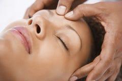 Kvinna som mottar en Head massage Royaltyfri Bild