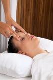 Kvinna som mottar en Head massage Royaltyfria Foton