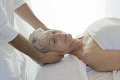 Kvinna som mottar en massage royaltyfri fotografi