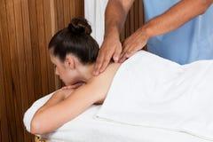 Kvinna som mottar en tillbaka massage royaltyfri fotografi
