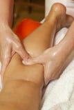 Kvinna som mottar en yrkesmässig massage och en lymfatisk dränering - olik teknikdemonstration royaltyfria bilder