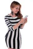 Kvinna som mottar ett bra textmeddelande Arkivfoto