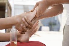 Kvinna som mottar fotmassage Royaltyfria Bilder