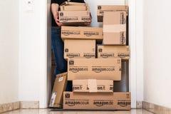 Kvinna som mottar omfattande amason com-leverans Arkivbild