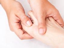 Kvinna som mottar osteopathic behandling av hennes fotfinger Royaltyfria Bilder