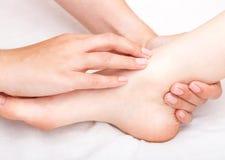 Kvinna som mottar osteopathic behandling av hennes fotskarv Royaltyfri Foto