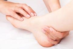 Kvinna som mottar osteopathic behandling av hennes fotskarv Arkivfoto
