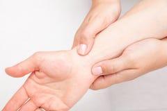 Kvinna som mottar osteopathic behandling av hennes handled Arkivbilder