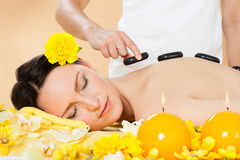 Kvinna som mottar varm stenterapi i brunnsort Royaltyfri Bild