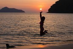 Kvinna som når solen Arkivfoton