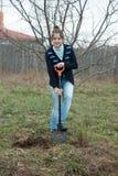 Kvinna som nollställer buskegroddar Arkivfoton