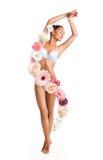 Kvinna som omges av härliga blommor royaltyfri fotografi