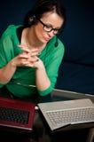 Kvinna som online fungerar arkivbilder