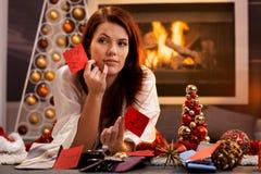 Kvinna som ordnar julgåvor Royaltyfri Fotografi