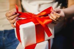 Kvinna som packar upp julasken Arkivfoto