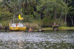 Kvinna som paddlar ett fartyg i Rio Dulce Guatemala Fotografering för Bildbyråer