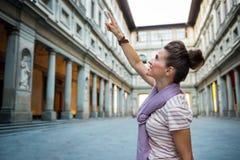 Kvinna som pekar nära uffizigalleri i florence Royaltyfri Fotografi