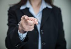 Kvinna som pekar på dig med ett finger arkivfoton
