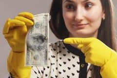 Kvinna som pekar till de våta pengarna (penningtvätten) arkivfoton