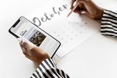 Kvinna som planlagdr på en kalender arkivfoton