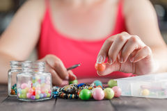 Kvinna som planlägger den färgrika halsbandet med plactic pärlor Royaltyfri Foto