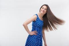 Kvinna som plattforer i blå klänning Royaltyfri Foto