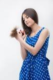 Kvinna som plattforer i blå klänning Royaltyfria Foton