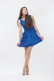 Kvinna som plattforer i blå klänning Royaltyfria Bilder
