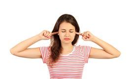 Kvinna som pluggar öron med fingrar och stänger åtsittande ögon, irriterat med förarga högt oväsen emotionell flicka som isoleras arkivfoton
