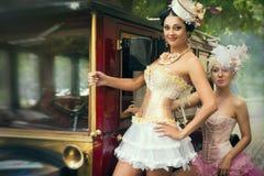 Kvinna som poserar över den retro bilen Royaltyfri Foto